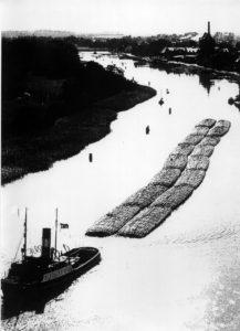 Foto: Slepend met houtvlotten op de rivier. foto: archief Stichting Hollands Glorie